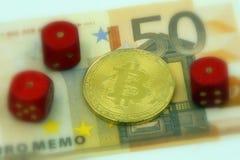 Gouden fysieke bitcoincryptocurrency en 3 paren met 1 dobbelen Royalty-vrije Stock Foto's