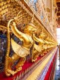 Gouden Garuda die Naga-beeldhouwwerk vangen in Wat Phra Kraw, Bangkok Royalty-vrije Stock Afbeelding