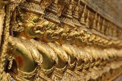 Gouden garuda op de buitenmuren van de Tempel van Emerald Buddha, Bangkok, Thailand stock fotografie