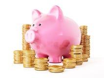 Gouden geïsoleerde muntstukken en spaarvarken op witte achtergrond royalty-vrije stock fotografie