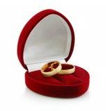 Gouden Geïsoleerdei Ringen in hart-Gevormde Doos Royalty-vrije Stock Afbeeldingen