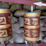 Gouden Gebedwiel in Boeddhisme stock foto's