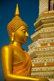 Gouden geel en standbeeld die van de zitting van Boedha mediteren bidden royalty-vrije stock foto's