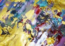 Gouden gele violette roze blauwe modderige waterverf abstracte kleurrijke achtergrond, gouden textuur Royalty-vrije Stock Fotografie
