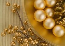 Gouden geweven kom met voorwerpen royalty-vrije stock foto's
