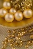 Gouden geweven kom met voorwerpen Stock Foto