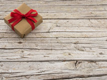 Gouden gift en lint op houten achtergrond Royalty-vrije Stock Foto's