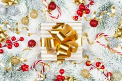 Gouden gift of huidig vakje, sneeuwspar en Kerstmisdecoratie op de witte houten mening van de lijstbovenkant Vlak leg royalty-vrije stock fotografie