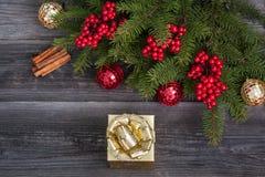 Gouden giftdoos en Kerstmisdecoratie Royalty-vrije Stock Foto's