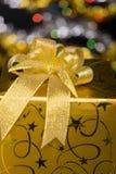 Gouden giftdoos met boog stock fotografie