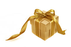Gouden giftdoos met gouden geïsoleerdg lint Royalty-vrije Stock Foto