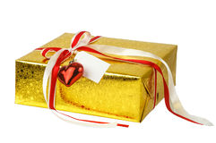 Gouden giftdoos met rode boog en kaart die op wit wordt geïsoleerd Royalty-vrije Stock Fotografie