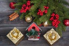 Gouden giftdozen en Kerstmisdecoratie Stock Afbeelding