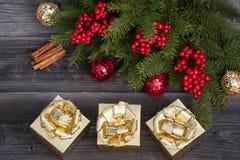 Gouden giftdozen en Kerstmisdecoratie Stock Fotografie