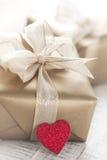 Gouden giftdozen met mooie lint en boog op een heldere glanzende achtergrond Royalty-vrije Stock Afbeelding