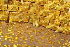Gouden giften en gouden sterren Stock Foto's