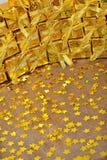 Gouden giften en gouden sterren Royalty-vrije Stock Foto's