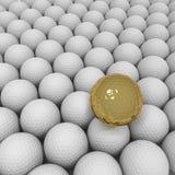Gouden golfbal tegen achtergrond van witte ballen Stock Afbeeldingen