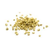 Gouden goudklompjes die op wit worden geïsoleerdm