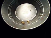 Gouden goudklompjes in een pan Royalty-vrije Stock Foto