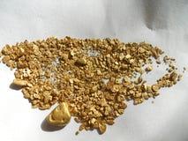 Gouden goudklompjes en vlokken Stock Foto's