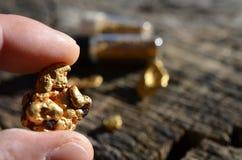Gouden goudklompjes op hout als achtergrond royalty-vrije stock afbeeldingen