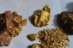 Gouden goudklompjes, gouden specimen en gouden vlokken Stock Foto's