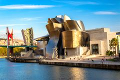 Gouden Guggenheim-Museum Bilbao in Recente Middagzonneschijn royalty-vrije stock foto's