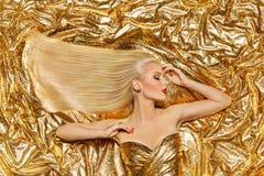 Gouden Haar, Mannequin Golden Straight Hairstyle, Blondemeisje op Glanzende Fonkelingen stock foto