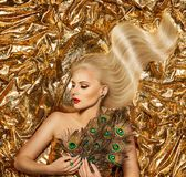Gouden Haar, Mannequin Golden Waves Hairstyle, Blondemeisje op Fonkelende Stof royalty-vrije stock afbeelding