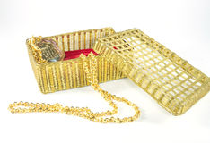 Gouden halsband en doos stock foto