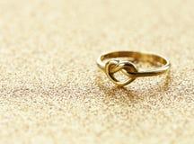 Gouden hart gestalte gegeven ring royalty-vrije stock afbeelding