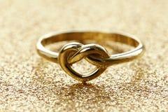 Gouden hart gestalte gegeven ring stock afbeeldingen