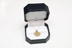 Gouden hart neckless voor Oma Stock Fotografie