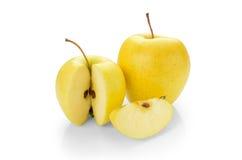 Gouden - heerlijke appel op een witte achtergrond Royalty-vrije Stock Fotografie