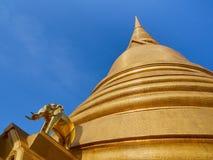 Gouden het glanzen stupa met olifantscijfer aangaande de achtergrond van blauwe hemel met groot exemplaar-ruimtegebied Royalty-vrije Stock Foto's