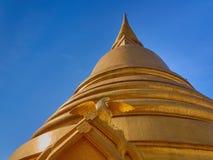 Gouden het glanzen stupa met vogelcijfer aangaande de achtergrond van blauwe hemel met groot exemplaar-ruimtegebied Stock Fotografie