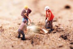 Gouden het graven schatonderzoek Stock Foto's