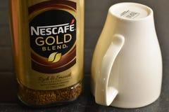 Gouden het Mengsel onmiddellijke koffie en kop van Nescafe Royalty-vrije Stock Foto
