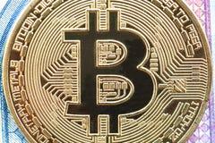Gouden het muntstuk dichte omhooggaand van Bitcoincryptocurrency microschakeling royalty-vrije stock afbeelding