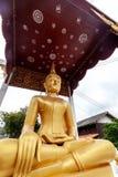 Gouden het standbeeld dichte omhooggaand van Boedha, traditie en godsdienst in Zuidoost-Azië, reisconcept stock afbeeldingen
