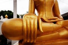 Gouden het standbeeld dichte omhooggaand van Boedha, traditie en godsdienst in Zuidoost-Azië, reisconcept stock foto's