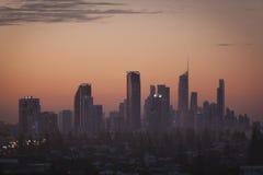 Gouden highrises van de Kust bij zonsondergang stock fotografie