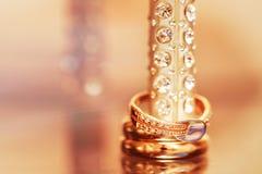 Gouden hoge hielschoen met ringen Royalty-vrije Stock Fotografie