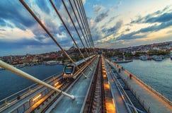 Gouden Hoornmetro brug in Istanboel, Turkije en mening van Suleymaniye-moskee royalty-vrije stock foto's