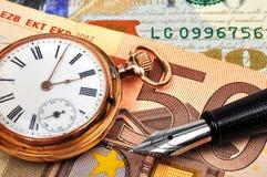 Gouden horloge en euro rekeningen Stock Afbeeldingen