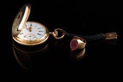 Gouden horloge en manâ² s ring Stock Foto
