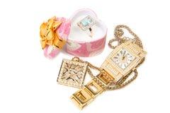 Gouden horloge, ring en halsband. Stock Afbeelding