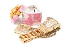 Gouden horloge, ring en halsband. stock fotografie