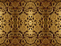 Gouden houtsnijwerk in bloempatroon Stock Foto